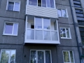 Застекленный балкон с раздвижными створками со срезкой парапета